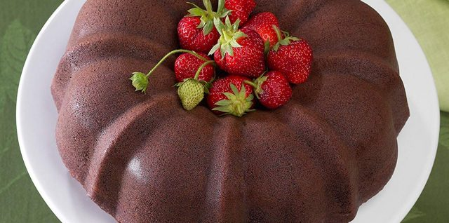 Nordic Bundt with strawberries